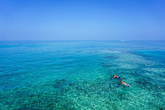 Dos personas haciendo snorkel en aguas cristalinas