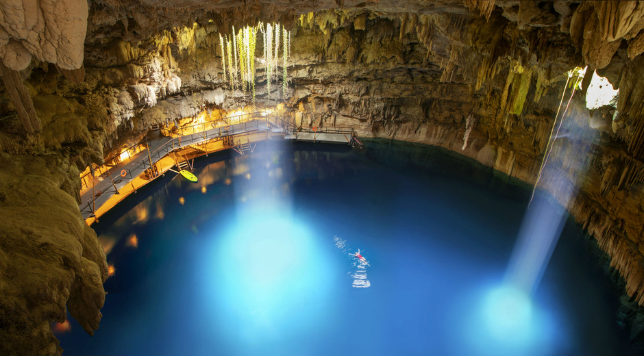 cenote-Chukum-ubicado-en-la-Riviera-Maya-en-la-ciudad-colonial-de-Valladolid-en-Yucatan