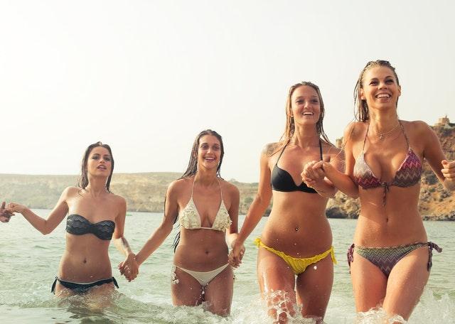 vacaciones con amigas cuatro chicas en el mar